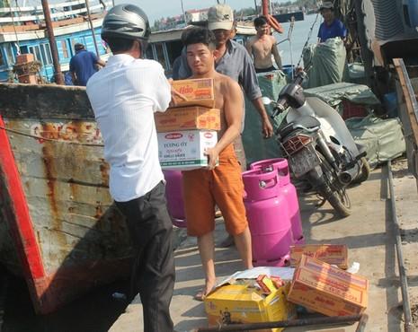 Ngư dân Quảng Bình vui vì bán được hải sản, tàu thuyền tấp nập ra khơi - ảnh 3