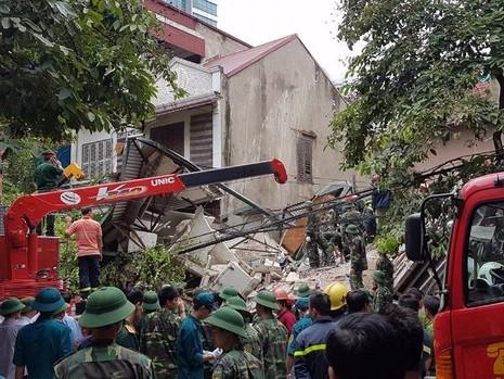 Lực lượng chức năng đang nỗ lực giải cứu.