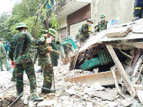 Chiếc máy xúc đào móng nhà 41 bị nhà 43 bị sập đè bẹp
