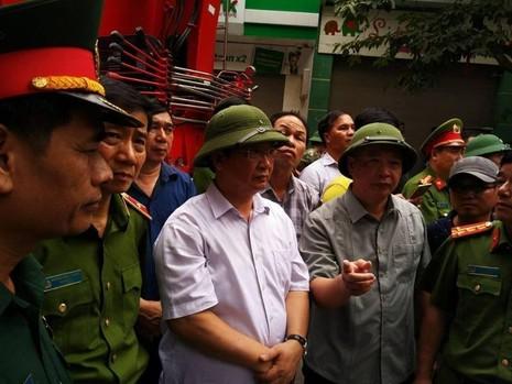 Phó chủ tịch UBND TP Hà Nội Nguyễn Thế Hùng hội ý nhanh cùng lực lượng tìm kiếm cứu nạn tại hiện trường.