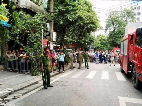 Sau khi xảy ra sự cố các con đường dẫn tới Cửa Bắc được phong tỏa.