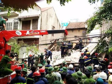 Lực lượng chức năng đang nỗ lực giải cứu hai người còn lại đang kẹt trong đống đổ nát.