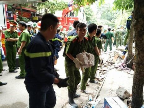 Lực lượng cứu hộ phải chuyển từng viên gạch ra để cứu hộ 2 người còn lại trong ngôi nhà.
