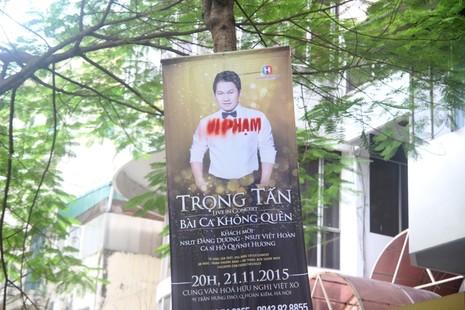 Băng rôn quảng cáo Đàm Vĩnh Hưng bị đóng dấu 'vi phạm' - ảnh 2