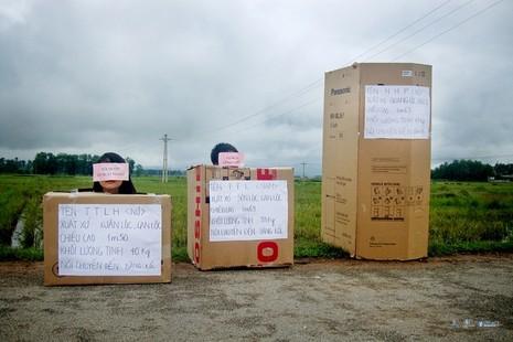 Ngồi vào thùng giấy, kể lại hành trình xuất ngoại sang Thái Lan - ảnh 1