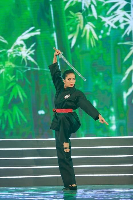 Thí sinh Hoa hậu Bản sắc Việt múa kiếm trên sân khấu - ảnh 2