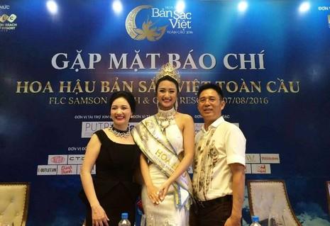 Tân Hoa hậu bản sắc Việt và ba mẹ.