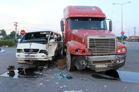 Container đấu đầu ô tô khách, 5 người bị thương - ảnh 1