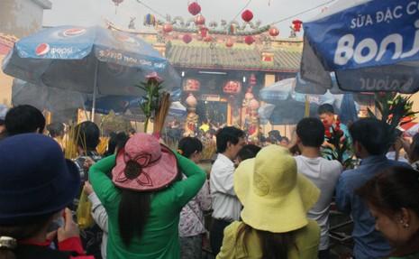 Bắt gã 'biến thái' sàm sỡ phụ nữ trong lễ chùa Bà - ảnh 1