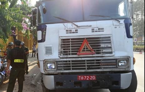 Xe container xài biển số đỏ dỏm 'làm lơ' hiệu lệnh CSGT - ảnh 1