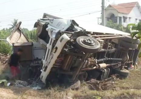Xe tải nổ lốp gây tai nạn, ba người tử vong - ảnh 1