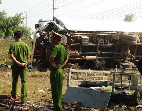 Xe tải nổ lốp gây tai nạn, ba người tử vong - ảnh 2