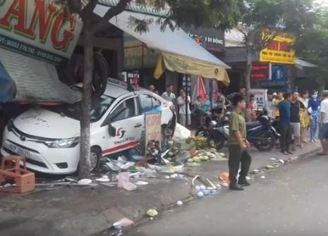 Taxi lao vào quán ven đường, 5 người bị thương - ảnh 2