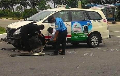 Taxi quay đầu tông xe máy, 2 người thương vong - ảnh 1