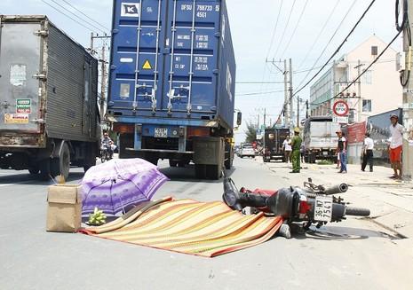 Người đàn ông chết thảm dưới bánh xe container - ảnh 1