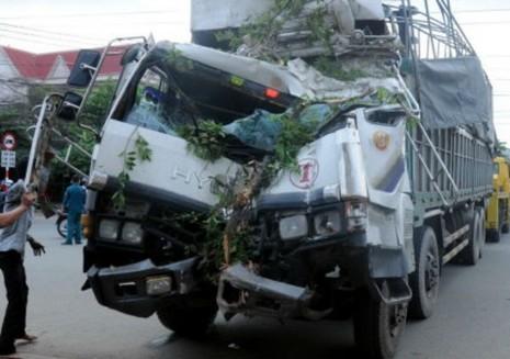 Chiếc xe tải bị hư hại hoàn toàn phần đầu