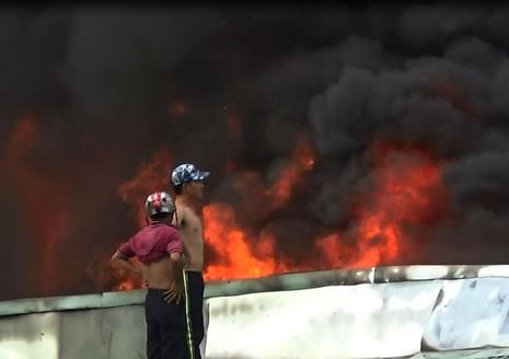 Cháy cực lớn công ty phế liệu, hàng trăm người nháo nhào tháo chạy - ảnh 1