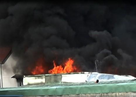 Cháy cực lớn công ty phế liệu, hàng trăm người nháo nhào tháo chạy - ảnh 3