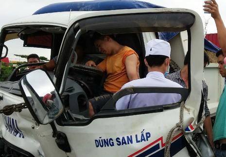 Giải cứu tài xế mắc kẹt trong ca bin xe tải bị biến dạng - ảnh 1