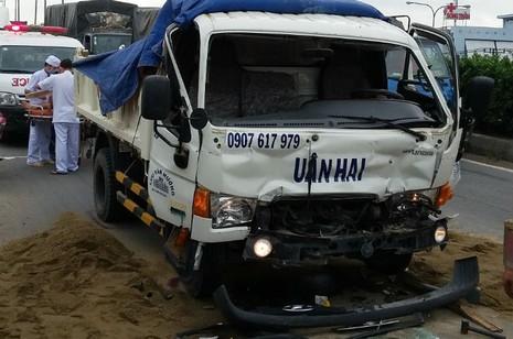 Giải cứu tài xế mắc kẹt trong ca bin xe tải bị biến dạng - ảnh 2