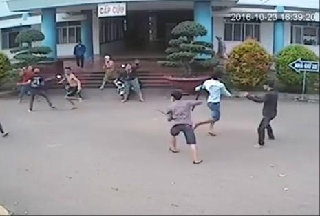 Hàng chục thanh niên truy sát tại bệnh viện - ảnh 1