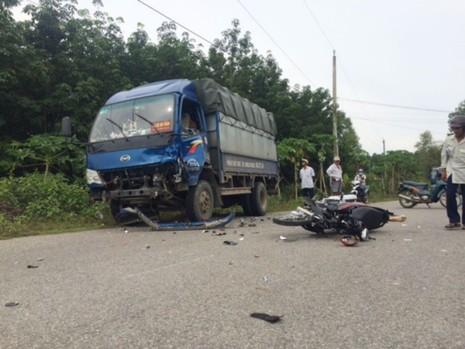Xe máy chở 3 đấu đầu xe tải, 3 người thương vong - ảnh 1