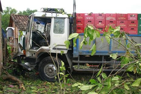 Xe tải mất lái lao thẳng vào nhà dân - ảnh 1