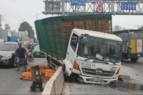 Xe tải và container tông nhau lật nhào xuống cầu vượt - ảnh 2
