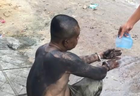 Người đàn ông châm lửa đốt nhà, bị nghi ngáo đá - ảnh 1