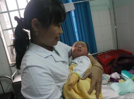 Trẻ sơ sinh bị bỏ rơi trong đêm ngày cuối năm - ảnh 1