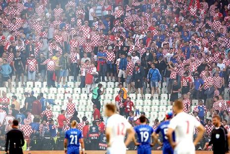 Mặc cho cầu thủ van xin, CĐV Croatia vẫn phá hỏng trận đấu - ảnh 2