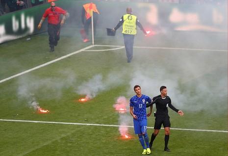 Mặc cho cầu thủ van xin, CĐV Croatia vẫn phá hỏng trận đấu - ảnh 4