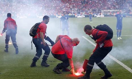 Mặc cho cầu thủ van xin, CĐV Croatia vẫn phá hỏng trận đấu - ảnh 5