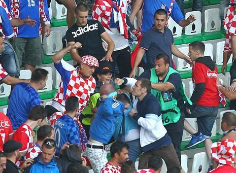 Mặc cho cầu thủ van xin, CĐV Croatia vẫn phá hỏng trận đấu - ảnh 7