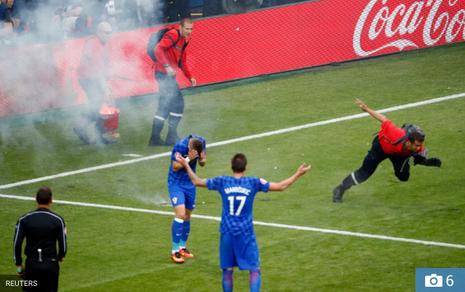 Mặc cho cầu thủ van xin, CĐV Croatia vẫn phá hỏng trận đấu - ảnh 3