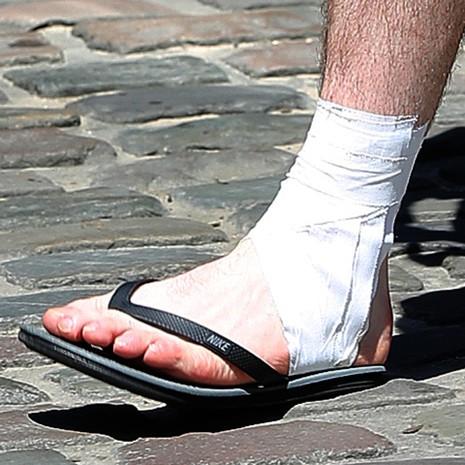 Fan Anh lo sốt vó khi thấy Rooney băng chân - ảnh 2