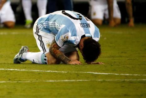 Messi khóc ngay trên sân cỏ