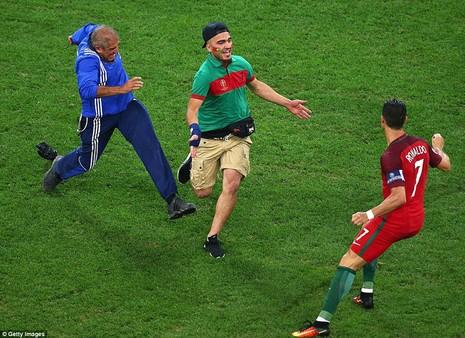 Ronaldo hoảng hồn vì bị fan cuồng 'dí' trên sân - ảnh 3