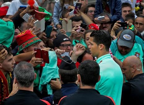 Cristiano Ronaldo chụp ảnh 'tự sướng' với fan trước trận gặp xứ Wales  - ảnh 1