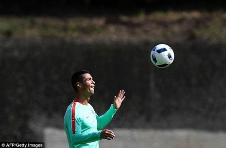 Cristiano Ronaldo: 'Chiếc cup Euro nữa là hoàn hảo!' - ảnh 4