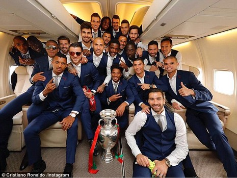 Ronaldo ôm khư khư cúp vô địch trên chuyến bay về nhà - ảnh 1