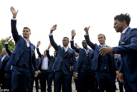 Ronaldo ôm khư khư cúp vô địch trên chuyến bay về nhà - ảnh 7