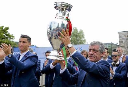 Ronaldo ôm khư khư cúp vô địch trên chuyến bay về nhà - ảnh 3