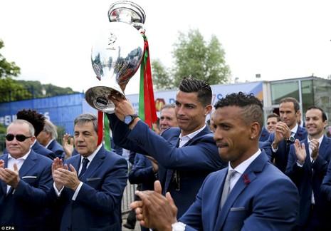 Nani sung sướng vì được Ronaldo tặng giày bạc - ảnh 3