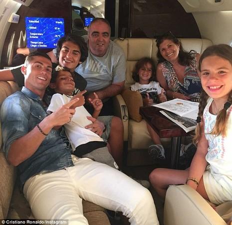 Ronaldo thuê máy bay đi chơi với gia đình sau chấn thương - ảnh 1