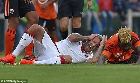 Jeremy Menez ôm tai đau đớn