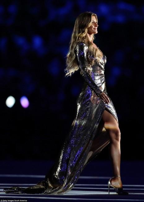 Khi cô xuất hiện trên sân khấu, hàng loạt ánh đèn được chiếu xuống tạo thành đường băng dài để cô sải bước