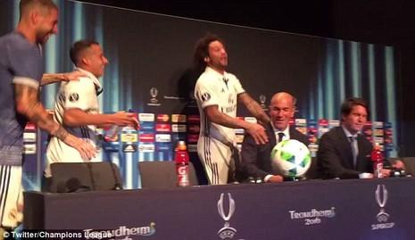 Ramos xoa đầu HLV Zidane để ăn mừng chiến thắng - ảnh 2