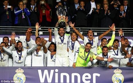 Đội trưởng Ramos cùng đồng đội nâng chiếc siêu cúp châu Âu.