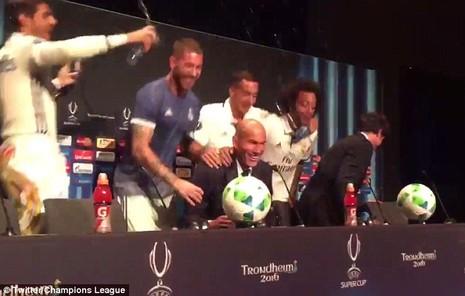 Ramos xoa đầu HLV Zidane để ăn mừng chiến thắng - ảnh 3